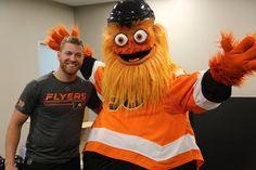 Claude Giroux and the Philadelphia Flyers mascot Gritty Hockey Baby, Hockey Girls, Ice Hockey, Boys, Flyers Hockey, Hockey Players, Ranger Sport, Kings Hockey, Crazy Costumes