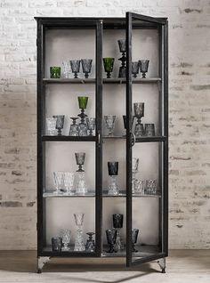 Deze gave wandkast in de kleur zwart komt van het Scandinavische merk Nordal. Doordat er glazen deuren in de kast zitten kun je gebruiken als servies kast of om je woonaccessoires een mooi plekje te geven.