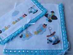 Kit com 02 fraldas, sendo a grande de 70x70 cm e a pequena 35x35 cm. + 01 chaveiro em feltro  Fraldas duplas de pano, com excelente qualidade.  Feitas com aplicação manual em patch apliquê, personalizadas.  Com barrado em crochê e fita de cetim, opções de cores à escolha do cliente.  *Aviso: pode... Patch Aplique, Crochet Fabric, Crochet Bikini, Grande, Coin Purse, Purses, Baby, Gabriel, Felt Applique