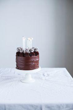 No-bake chocolate ball cake (recipe in Swedish and English)