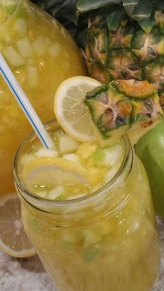Sangría de piña: Ingredientes: 3 tazas de vino blanco 2 tazas de pulpa de piña molida 2 onzas de vodka 1 tazas de agua de soda 2 cucharadas de azúcar ¼ tazas jugo de un limón 1 manzana verde picadi…