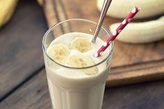 banana smoothie. Ingredientes: 1 banano maduro 1 taza de yogur griego sin sabor 1 taza de leche de soya o de arroz sin grasa 1/2 taza de avena de grano enteros laminados 4 cucharaditas de semillas de linaza (whole grain rolled oats) miel 100% natural, a gusto hielo Preparación: 1. Añade todos los ingredientes, menos los cubitos de hielo, a una licuadora y mezcla bien. 2. Añade los cubitos de hielo y vuelve a mezclar hasta conseguir la consistencia de licuado.