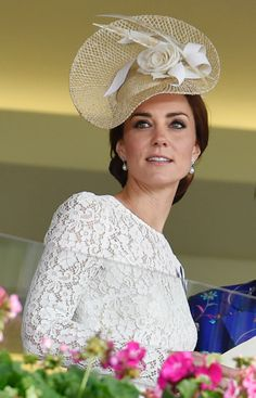 Duchess dances a jig as she cheers on her horse at Royal Ascot The Duchess of Cambridge dazzled in the designer dress and simple fascinator. To re-create her racing look you'll need to be able to part with Estilo Kate Middleton, Princesa Kate Middleton, Kate Middleton Outfits, Kate Middleton Style, Herzogin Von Cambridge, Estilo Real, Races Fashion, Fashion Outfits, Prince William And Catherine