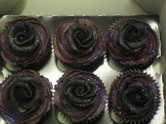 Black rose goth cupcakes. Bless, gothtastic :)