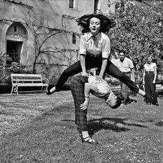 Балерина Людмила Черина и Мадам Карвен в аббатстве Эр-и-Луар. Фото: Уолтер Карон, 1959