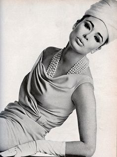 Sondra Peterson, March Vogue 1963 Wearing a pale blue sheath, with a swirl of drapery around the top, by Dorothy O'Hara. Photo by Irving Penn Vintage Glam, Vintage Vogue, Vintage Beauty, Vintage Ladies, Vintage Style, 60s Style, 60s And 70s Fashion, Retro Fashion, Vintage Fashion