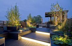 Gestalten Sie Ihre Tasse hell und modern: Mit indirekter LED-Beleuchtung und von unten angestrahlten Pflanzen können Sie auch abends Ihre Terasse genießen.