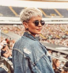 Short hairstyles are ready to be presented this summer time. Should I cut my hai… Short hairstyles are ready to be presented this summer time. Should I cut my hair? Am I really ready for a short hairstyle? We provide the answer… Short Hairstyles For Thick Hair, Short Pixie Haircuts, Hairstyles With Bangs, Summer Hairstyles, Short Hair Cuts, Short Hair Styles, Pixie Cuts, Edgy Pixie, Shaved Pixie Cut