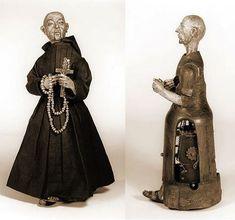 """Este """"Padre"""" con mecanismo de relojería, de 38 centímetros de altura, representa la figura del conocido fraile milagroso San Diego de Alcalá. El autómata estaba hecha de madera y hierro y se supone que fue fabricado por Juanelo Turriano, el mecánico del emperador Carlos V, en la década de 1560. El monje puede caminar, golpeándose el pecho, levantando su cruz y rezando en silencio.El austero monje mecánico es una maravilla de la antigua automatización: luego de 450 años sigue funcionando…"""