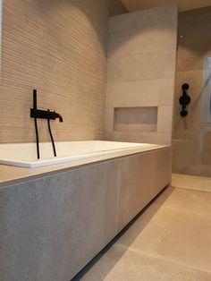 Betonlook badkamer tegels met zwarte kranen House Bathroom, Bathroom Inspiration, Bathroom Design Luxury, Home Goods Decor, Bathroom Makeover, Small Bathroom, Bathroom Interior Design, Wc Design, Bathroom Layout