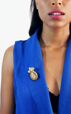Charming brooch made of crystals rhinestones with gold-plated brass beads. Perfect to style a blazer, jacket or coat.