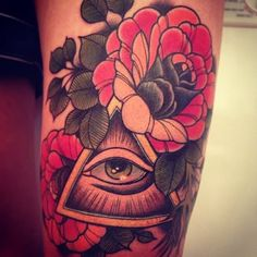 What does all seeing eye tattoo mean? We have all seeing eye tattoo ideas, designs, symbolism and we explain the meaning behind the tattoo. Bild Tattoos, Leg Tattoos, Arm Tattoo, Sleeve Tattoos, Tattoo Sleeves, Snake Tattoo, Tatoos, Retro Tattoos, Piercing Tattoo