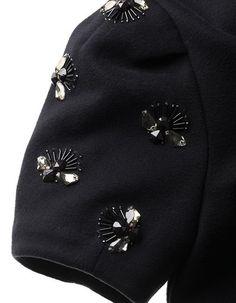Un pulover simplu se va transforma într-o haină superbă dacă vei coase câteva. Pearl Embroidery, Bead Embroidery Patterns, Couture Embroidery, Embroidery Fashion, Embroidery Jewelry, Hand Embroidery Designs, Couture Details, Fashion Details, Diy Fashion