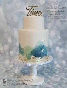 A stylish cake for a christening, handpainted with aquarelle effect and gold leafs. Christening, Allergies, Red Velvet, Snow Globes, Cupcake, Hand Painted, Stylish, Instagram, Gold