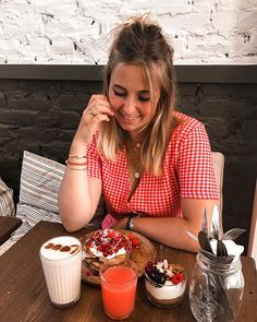 Bon globalement ce brunch je le veux bien ce matin...  @coffeecollegebrussels   #blogger#brussels#brunch#brunchaddict#reddress#smile#blond#blonde#blondie#summermood#cuteplace#outfit#summeroutfit#vintageoutfit#vintagestyle#coffee#morningcoffee#pancakes#pancake#pancakeart#pancakesunday