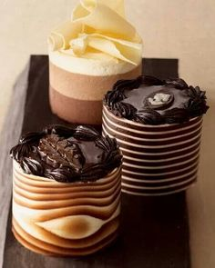 Varios pasteles de chocolate