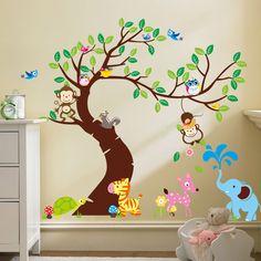 Een hele vrolijke muursticker boom met allemaal verschillende dieren erbij, zoals aapjes, een hertje en een schildpad.