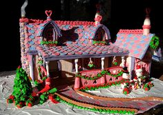 @Nichole Peppers I'm making this gingerbread house next year at our party! ;)