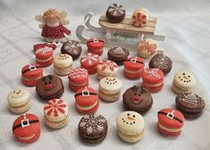 Macaron Cookies, Christmas Desserts, Mini Cupcakes, Merry, Sweets, Recipes, Food, Christmas Deserts, Good Stocking Stuffers