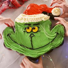 The Grinch Pull Apart Cupcakes Don't be intimidated. These pull-apart cupcakes are wayyyy easi Grinch Christmas Party, Christmas Snacks, Christmas Cooking, Christmas Candy, Christmas Ideas, Christmas Tree, Christmas Cup Cakes Ideas, Christmas Deserts Easy, Christmas Cupcake Cake