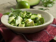 Avocado-Koriander-Salat mit Limette   Kalorien: 239 Kcal - Zeit: 20 Min.   http://eatsmarter.de/rezepte/avocado-koriander-salat-mit-limette