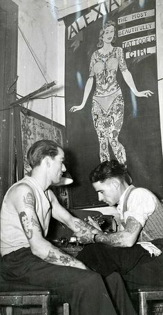 Melbourne Tattoo artist Shows R. Reynolds, a tattoo artist, in his shop… Tattoo Old School, Picture Tattoos, Tattoo Photos, Old Photos, Vintage Photos, Melbourne Tattoo, Retro Tattoos, Vintage Tattoos, History Tattoos