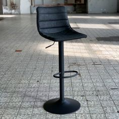 The Boston industrial bar stool is the perfect addition to a rugged interior! This trendy bar stool combines an industrial seat with a black metal frame. Retro Bar Stools, Retro Dining Chairs, Industrial Dining Chairs, Modern Bar Stools, Leather Dining Chairs, Boston, Trendy Bar, Butterfly Chair, Interior Architecture