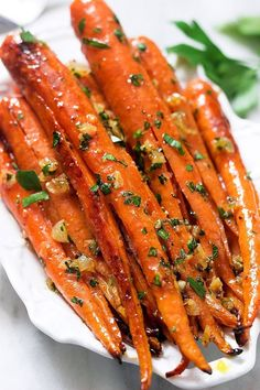 Honey garlic butter roasted carrots are so easy to make and delicious! The perfect side for a weeknight meal or a holiday crowd. (Vegetable Recipes For A Crowd) Turkey Side Dishes, Best Thanksgiving Side Dishes, Veggie Dishes, Thanksgiving Recipes, Thanksgiving Vegetable Sides, Thanksgiving 2020, Vegetable Recipes, Main Dishes, Honey Recipes