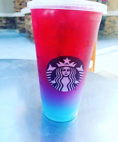 Dieses geheime Starbucks-Getränk ist im Grunde wieder der Einhorn-Frappuccino …. This secret Starbucks drink is basically the unicorn Frappuccino … – – # Grü Starbucks Hacks, Starbucks Frappuccino, Bebidas Do Starbucks, Copo Starbucks, Secret Starbucks Drinks, Starbucks Secret Menu Drinks, Starbucks Refreshers, Healthy Starbucks, Starbucks Summer Drinks
