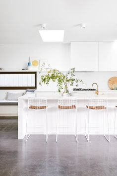 This contemporary Geelong house was built in just five months. Photography by Nikole Ramsay. Styling by Emma O'Meara. From the February 2018 issue of Inside Out Magazine. Available from newsagents, Zinio, https://au.zinio.com/magazine/Inside-Out-/pr-500646627/cat-cat1680012#/ and Nook.