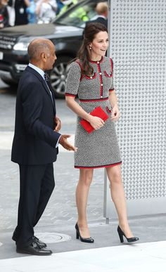 The Duchess of Cambridge channeled Jackie O chic in a tweed dress by Gucci as she arrived to open new exhibition spaces at the V&A in London Style Kate Middleton, Kate Middleton Dress, The Duchess, Duchess Of Cambridge, Style Royal, Look Office, Vogue Uk, Tweed Dress, Victoria And Albert Museum