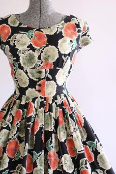 Vintage Dress / Cotton Dress / Red Green and Black Floral Dress w/ Shelf Bust S Source by Dresses Classy Outfits, Pretty Outfits, Pretty Dresses, Beautiful Dresses, Vintage 1950s Dresses, Vestidos Vintage, Vintage Outfits, Vintage Clothing, 1950s Fashion