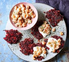 Warm and crispy beetroot fritters pair perfectly with cold cream and delicate, raw salmon. A tasty starter or a light lunch that's rich in Homemade Recipe Books, Easy Homemade Recipes, Beignets, Tartare Recipe, Salmon Tartare, Raw Salmon, Creamed Potatoes, Potato Bites, Bbc Good Food Recipes