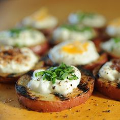 Baked-Potato Style Grilled Potato Rounds for an Easy Appetizer on the Grill. Dont You Just Love Grillin Season? Grilling Recipes, Cooking Recipes, Healthy Recipes, Appetizer Recipes, Appetizers, Good Food, Yummy Food, Potato Dishes, Grilled Vegetables