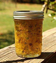 ULEIUL DE PĂPĂDIE INGREDIENTE: -500 g de flori de păpădie; -un litru de ulei calitativ de floarea-soarelui (presat la rece). MOD DE PREPARARE: 1.Culegeți florile de păpădie pe timp uscat și însorit. Puneți-le într-un borcan de 1.5 litri. Nu trebuie să le spălați. 2.Acoperiți-le în totalitate cu ulei. Acoperiți borcanul cu tifon, fixându-l bine de gâtul lui. 3.Puneți borcanul într-un loc însorit și lăsați-i conținutul să se odihnească pe parcursul a 3 săptămâni. 4.Cum numai florile vor deveni…
