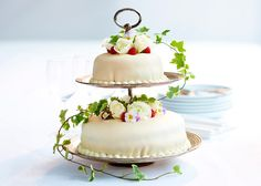 Tårta med vitt marsipanlock och blomster Odense, Marzipan, Gelatin, Mousse, Cake, Desserts, Inspiration, Beautiful, Food