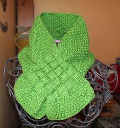 La couleur, pour nous souvenir que nous sommes au printemps. L'écharpe, parcequ'on est déjà en automne... Très facile à réaliser d'ap...