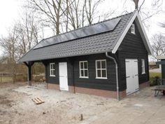 10. Houten schuur werkplek of hobbyruimte met overkapping en zonnepanelen 53m2