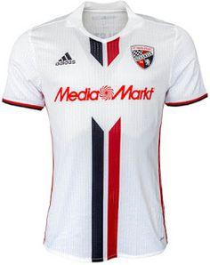 Le Nouveau Maillot Ingolstadt troisieme 2016/2017 est principalement blanc avec une bande verticale rouge et noir sur le devant qui est seulement interrompue pour faire place pour le logo de sponsor.
