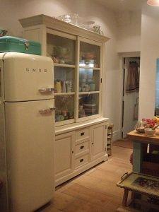 Dresser by VintagePleasure - DECOmyplace Projects Retro Fridge, Smeg Fridge, Freestanding Fridge, Kitchens And Bedrooms, Inside Design, Homekeeping, Vintage Home Decor, Midcentury Modern, Decorating Tips