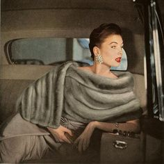 Vintage Glamour on the back seat. Fifties icon Suzy Parker defined glamour in… Glamour Vintage, Vintage Fur, Old Hollywood Glamour, Vintage Vogue, Looks Vintage, Vintage Beauty, 50s Glamour, Vintage Paper, Hollywood Style
