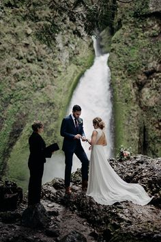 waterfall elopement ideas - photo by Minerva House Photography http://ruffledblog.com/dreamy-waterfall-elopement-at-wahclella-falls - photo by Minerva House Photography http://ruffledblog.com/dreamy-waterfall-elopement-at-wahclella-falls