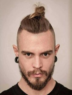 Discover the top knot men with any hair texture or length can try. Besides discussing the man bun vs top knot, we've picked the coolest styles for you! 80s Hairstyles Male, Man Bun Hairstyles, Hipster Hairstyles, Men's Hairstyle, Viking Hairstyles, Spiky Hairstyles, Male Haircuts, Medium Hairstyles, Hairstyle Ideas