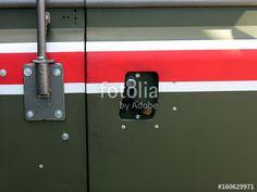 Land Rover Defender Militärfahrzeug in Olivgrün mit rotem Streifen der britischen Rheinarmee beim Oldtimertreffen im Oldtimer-Park Lippe in Lage bei Detmold in Ostwestfalen-Lippe