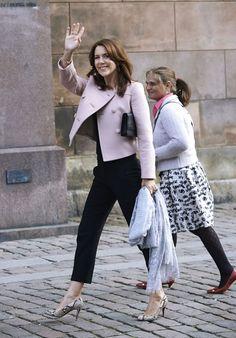 Princesa Mary de Dinamarca.'Look': Para el evento eligió una chaqueta de doble botonadura rosa pastel combinada con unos pantalones negros tobilleros. El complemento perfecto lo encarnan sus salones de 'print' pitón.
