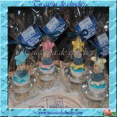 porta velas de cristal sobre el que se alza una elegante minibrocheta de gominolas, se realiza en varios colores. con etiqueta personalizada.