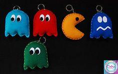 PacMan / Come Come em feltro com moldes Felt Crafts, Diy And Crafts, Crafts For Kids, Felt Keychain, Keychains, Ideias Diy, Christmas Crafts, Christmas Ornaments, Felt Ornaments