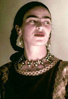 Frida Kahlo, Mexikos berühmteste Malerin, hat einen unvorstellbaren Leidensweg durchgemacht, und trotzdem immer an ihrer Kraft und ihrem unbedingten Willen etwas zu erschaffen, festgehalten.