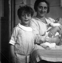 Portrait of Edith Frank, mother of Anne Frank, holding her infant. Margot Frank, Anne Frank Amsterdam, Irena Sendler, Vida Real, World War Two, Historical Photos, The Past, Portrait, Couple