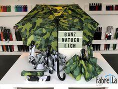 Nutzt den FARE®-Camouflage als Stock- oder Taschenschirm für einen entspannten und ruhigen Waldspaziergang.   Schaut für einen neuen Schirm im Werksverkauf vorbei oder shoppt entspannt im Internet. Camouflage, Internet, Camo Designs, Grandma And Grandpa, Umbrellas, Cowl, Military Camouflage, Camo, Military Style